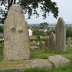 Statuenmenhir auf dem Friedhof der Kirche St. Marie-du-Castel auf Guernsey