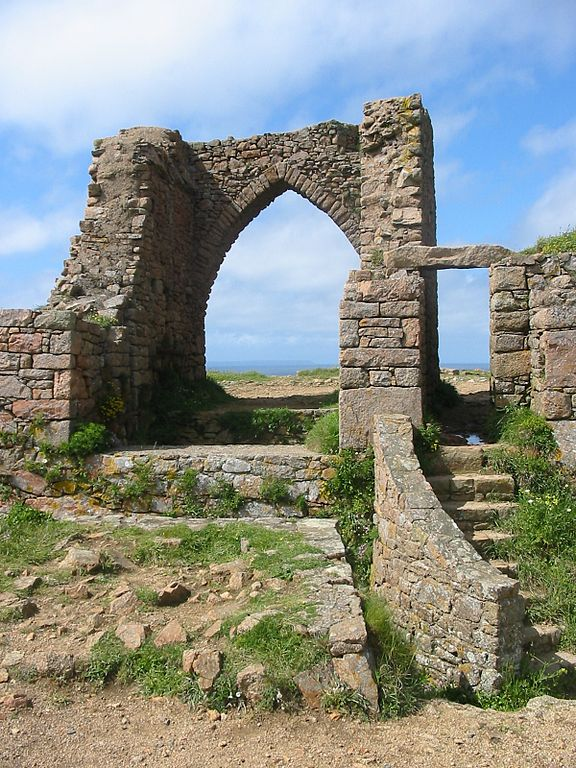 Blick durch den Torbogen der Ruine von Grosnez Castle auf Jersey
