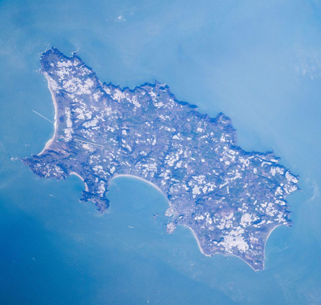 Die Kanalinsel Jersey vom Satelliten aus gesehen