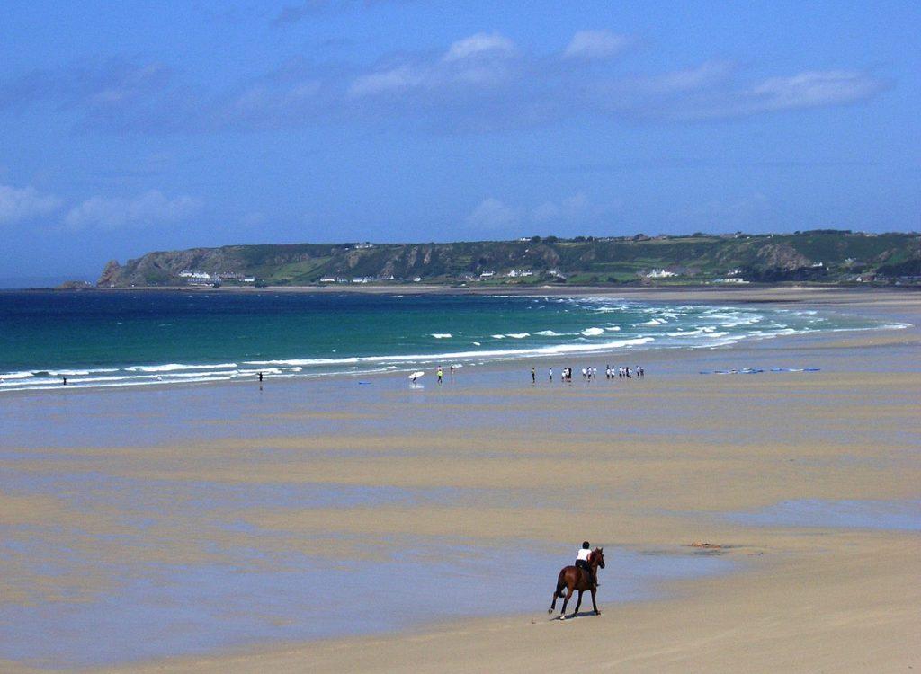 Strand im Süden von Jersey bei St. Ouens