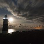 Alderneys Leuchtturm bei Nacht