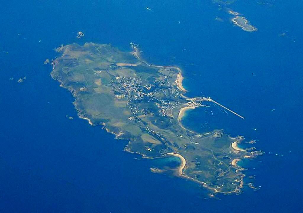 Alderney und das benachbarte Burhou aus der Luft