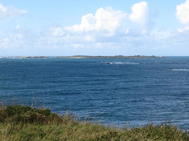 Burhou von der Clonque Bay des benachbarten Alderney aus gesehen