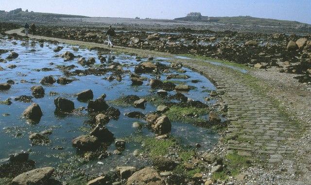 Der Damm, der Lihou mit Guernsey verbindet